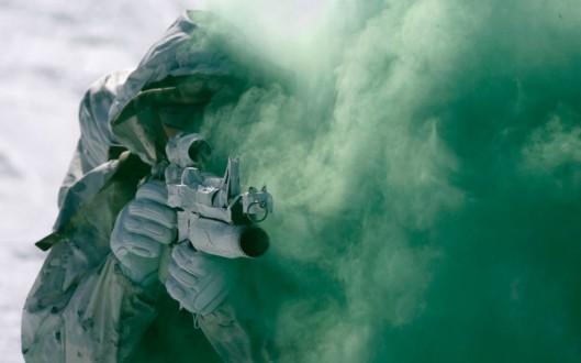 korea-marine-smoke_2474615k